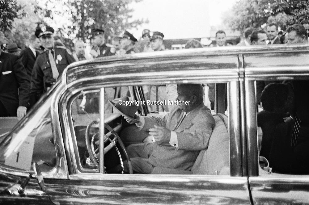 In an unusual move, Khrushchev sat down in the front seat of his limousine.<br /> <br /> <br /> Dans un geste inhabituel, Khrouchtchev s'est assis sur le siège avant de sa limousine.