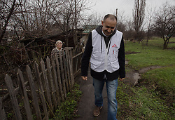 Doctor Kachatur Malakyan leaves Valentina Shevchuck after a home visit from the MSF team in Debaltsevo.