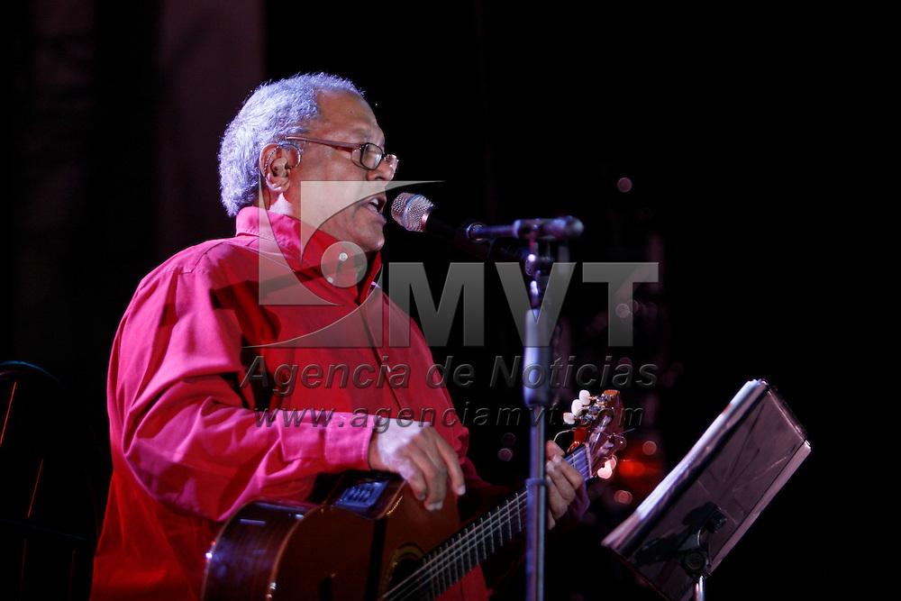 METEPEC, México.- El cantautor cubano, Pablo Milanés se presento la noche de este domingo en el marco de la clausura del Festival Quimera 2010, los asistentes al evento corearon cada una de las canciones que interpreto. Agencia MVT / Crisanta Espinosa. (DIGITAL)