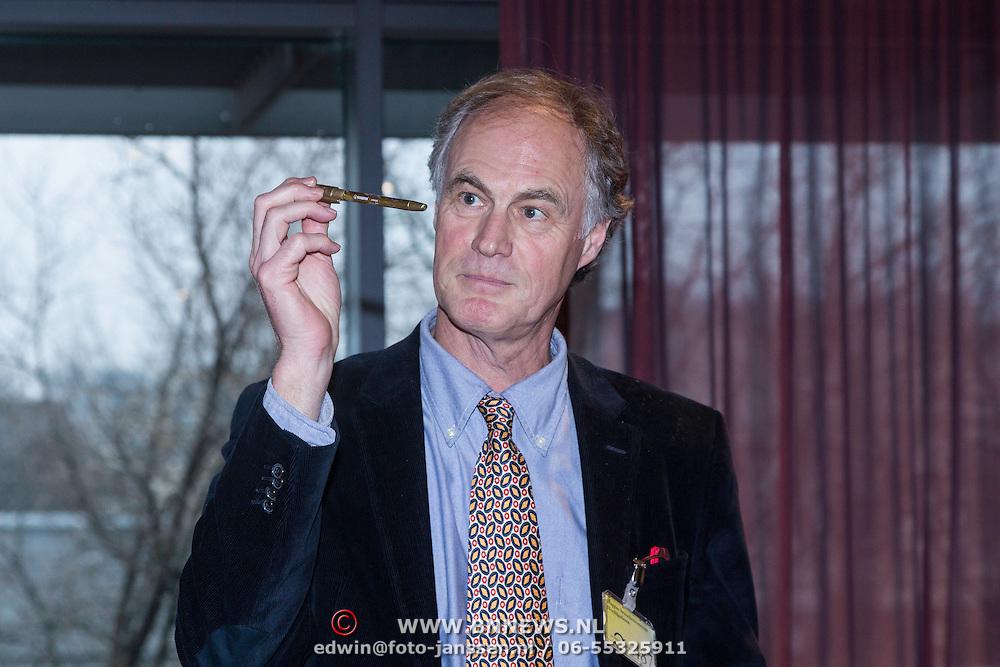 NLD/Amsterdam/20140220 - Boekpresentatie Fout Geld in De Nederlandse Bank, Roel Janssen met gouden pen