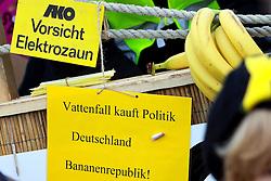 06.11.2010, Castortransport Demonstration, Dannenberg Nebenstedt, GER, Ca.50.000 Menschen demonstrieren gegen Atomkraft im Wendland hier wird Deutschland als Bananenrepublik dargestellt, EXPA Pictures © 2010, PhotoCredit: EXPA/ nph/  Kohring+++++ ATTENTION - OUT OF GER +++++