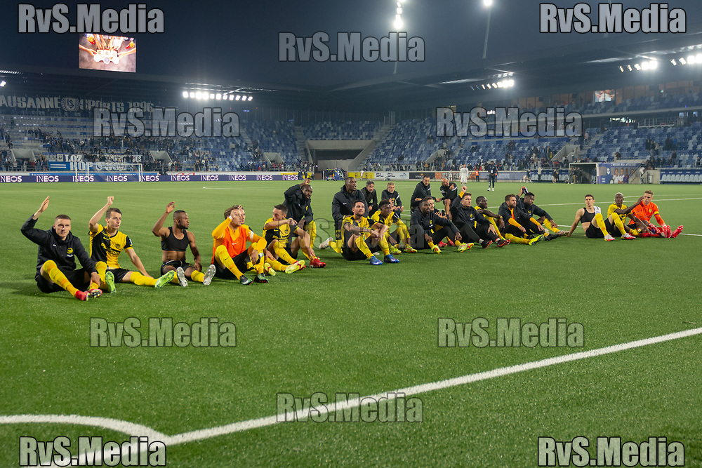 LAUSANNE, SWITZERLAND - SEPTEMBER 22: BSC Young Boys players celebrate the win with the fans after the Swiss Super League match between FC Lausanne-Sport and BSC Young Boys at Stade de la Tuiliere on September 22, 2021 in Lausanne, Switzerland. (Photo by Basile Barbey/RvS.Media)