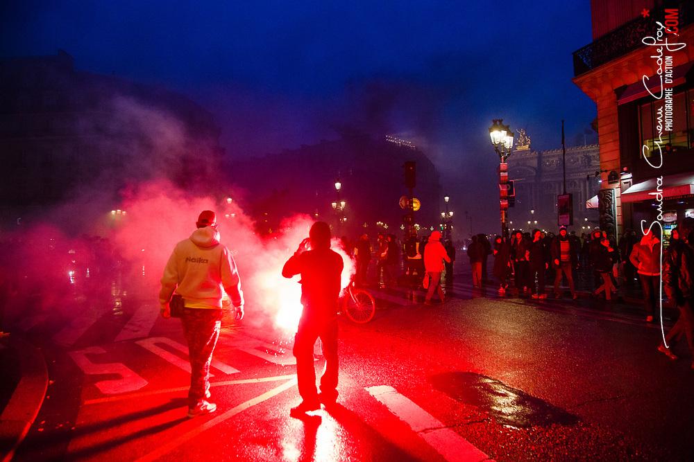 Echauffourées en soirée liés à l'acte 3 des manifestations de gilets jaunes dans le quartier de l'opéra Garnier le 1er décembre 2018. Manifestants installant des barricades enflammées devant l'Opéra à la tombée de la nuit.