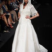 NLD/Amsterdam/20070915 - Modeshow Mart Visser najaar 2007, model, mannequin op de catwalk, bruid