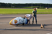Het technisch team maakt de VeloX3 gereed voor de test. Op de RDW baan bij Lelystad maakt de nieuwe fiets van het Human Powered Team Delft en Amsterdam, de VeloX3, de eerste echte testmeters zonder beschermend pak. Met de speciale ligfiets wil het team dat bestaat uit studenten van de TU Delft en de VU Amsterdam het wereldrecord fietsen verbreken. Dat staat nu op 133 km/h.<br /> <br /> At the RDW test track near Lelystad the new bike of the Human Powered Team Delft and Amsterdam, the VeloX3, is making its first meters without protection cover. With the special recumbent bike the team, consisting of students of the TU Delft and the VU Amsterdam, wants to set a new world record cycling. The current speed record is 133 km/h.
