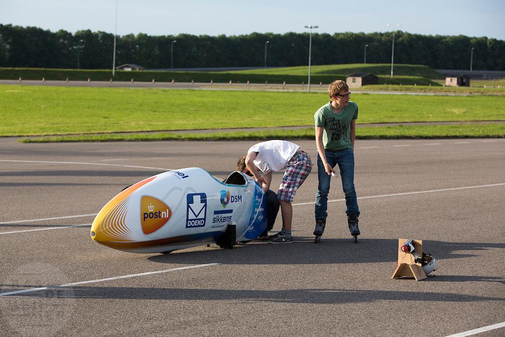 Het technisch team maakt de VeloX3 gereed voor de test. Op de RDW baan bij Lelystad maakt de nieuwe fiets van het Human Powered Team Delft en Amsterdam, de VeloX3, de eerste echte testmeters zonder beschermend pak. Met de speciale ligfiets wil het team dat bestaat uit studenten van de TU Delft en de VU Amsterdam het wereldrecord fietsen verbreken. Dat staat nu op 133 km/h.<br /> <br /> At the RDW test track near Lelystad the new bike of the Human Powered Team Delft and Amsterdam, the VeloX3, is making its first meters without protection cover. With the special recumbent bike the team, consisting of students of the TU Delft and the VU Amsterdam, wants to set a new world record cycling. The current speed record is 133 km/h.