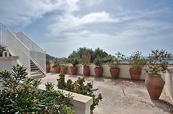Marina di Leuca, marzo 2013.L'Hotel l'Approdo, in stile tipicamente mediterraneo e recentemente ristrutturato, è dotato di ogni comfort. In posizione panoramica, si affaccia sul porto turistico di Santa Maria di Leuca dove il mare Adriatico incontra lo Jonio. L'ottima cucina mediterranea, le confortevoli stanze, gli ampi saloni, le panoramiche terrazze e la splendida piscina immersa nel verde lo rendono suggestivo ed elegante. Le 52 camere e la suite sono tutte dotate di aria condizionata, telefono, frigo-bar, cassaforte, tv lcd e phon.?Altri servizi: Wi-fi gratuito, Aria condizionata, Ascensore, Sala camino e bar interno, Boutique, Massaggi, Bar esterno, Piscina panoramica immersa nel verde, Parcheggio interno gratuito, baby sitting, custodia valori, posto barca, gite e escursioni. Sala riunioni e congressi, Matrimoni ed Eventi, Spiaggia convenzionata ?Samarinda Fine beach? .http://www.hotelapprodo.com