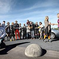 Nederland, Hilversum , 3 oktober 2013.<br /> Presentatoren en journalisten van de rubriek de Belbus door de jaren heen.<br /> de Belbus is een rubriek van Kassa van de VARA om consumenten te helpen.<br /> In het midden achter op de auto, de bedenker presentator Felix Meurders.<br /> Op de foto de makers van de Belbus van oudgedienden en huidige medewerkers. De Belbus bestaat vanaf 1996.<br /> Op de foto van links naar rechts: Alex Vuijsje, verslaggever van 2001-2003. Peter Havermans, cameraman. Jeanine Janssen, deskundige van Stichting de Ombudsman. Yvonne Verkaik, verslaggever redacteur 2002-2004.Rogier de Haan, Deskundige verzekeringen en letselschade 2006-2012. Jeroen Kortschot, presentator sinds 2011. Jan Nieuwenhuis, chauffeur sinds 2000.Martijn Gouman, verslaggever 1999-2000. Bahar Kurgen Bijsterbosch, Redacteur in 2006. Felix Meurders, Medebedenkervan de Belbus en presentator van Kassa 1989-2011. Suzan Hillhorst, verslaggever redacteur 2006-2008. Anneke Naafs, Verslaggever-redacteur 2003-2004. Elena Lindemans, Verslaggever, redacteur 199802000 en Eveline esser, Stagiaire redacteur sep-dec 2003<br /> Foto:Jean-Pierre Jans