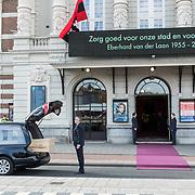 NLD/Amsterdam/20171014 - Besloten  herdenkingsdienst overleden burgemeester Eberhard van der Laan, aankomst kist bij het Concertgebouw