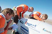 Voor de start van de VeloX3 van het Human Power Team Delft en Amsterdam worden de laatste controles uitgevoerd. Het team, bestaande uit studenten van de TU Delft en de VU Amsterdam wil het record breken van 133 km/h. In Battle Mountain (Nevada) wordt ieder jaar de World Human Powered Speed Challenge gehouden. Tijdens deze wedstrijd wordt geprobeerd zo hard mogelijk te fietsen op pure menskracht. Ze halen snelheden tot 133 km/h. De deelnemers bestaan zowel uit teams van universiteiten als uit hobbyisten. Met de gestroomlijnde fietsen willen ze laten zien wat mogelijk is met menskracht. De speciale ligfietsen kunnen gezien worden als de Formule 1 van het fietsen. De kennis die wordt opgedaan wordt ook gebruikt om duurzaam vervoer verder te ontwikkelen.<br /> <br /> The VeloX3 of the Human Power Team Delft and Amsterdam at the start. The team, with students of the TU Delft and de VU Amsterdam, wants to set a  new world record. In Battle Mountain (Nevada) each year the World Human Powered Speed Challenge is held. During this race they try to ride on pure manpower as hard as possible. Speeds up to 133 km/h are reached. The participants consist of both teams from universities and from hobbyists. With the sleek bikes they want to show what is possible with human power. The special recumbent bicycles can be seen as the Formula 1 of the bicycle. The knowledge gained is also used to develop sustainable transport.