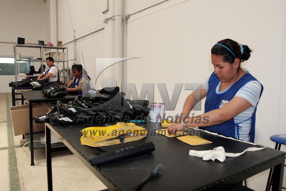 Toluca, Mex.- La marca Reyes fundada por don Cleto Reyes en el año de 1945 es una industria mexicana con más de 64 años de historia elaborando guantes de box los cuales se han considerado como los mejores para el combate profesional aparte de ser aprobados por los principales organismos de boxeo en el mundo; sus trabajadores laboran en uno de sus talleres ubicado en la Delegación de San Pedro Totoltepec, municipio de Toluca donde además construyen por encargo especiales rings de boxeo. Agencia MVT / Crisanta Espinosa. (DIGITAL)<br /> <br /> NO ARCHIVAR - NO ARCHIVE