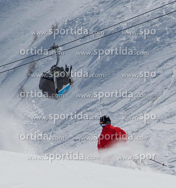 THEMENBILD - Verschuettetensuche nach Lawinenabgang. Hier im Bild Skifahrer verlässt gesicherte Piste und fährt in einen nicht gesicherten Hang ein. Obwohl Warnschilder und Absperrungen vorhanden sind kommt es immer wieder vor das Ski- und Snowboarder abseits der gesicherten Pisten fahren und dabei sich selbst oder andere Wintersportler in Gefahr bringen. Archivbild vom 27.02.2010. EXPA Pictures © 2012, PhotoCredit: EXPA/ J. Groder