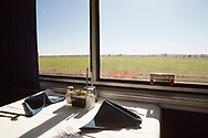 Restaurangvagnen dukar upp med vita dukar och tygservetter på Amtrak Empire Builder.<br /> <br /> Foto: Christina Sjögren