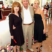 NLD/Amsterdam/20050704 - Premiere Sleeping Beauty on Ice, Liesbeth list en partner Robert Braaksma met dochter Elisah