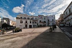 """Ostuni - Piazza - Ostuni è un comune italiano di 32.182 abitanti della provincia di Brindisi in Puglia. Detta anche Città Bianca, per via del suo caratteristico centro storico che un tempo era interamente dipinto con calce bianca, oggi solo parzialmente. Insieme a Taranto e Santa Maria di Leuca, costituisce uno dei vertici ideali della penisola salentina. Rinomato centro turistico, nel 2008, 2009, 2010, 2011 e 2012 ha ricevuto la Bandiera Blu[4] e le cinque vele di Legambiente per la pulizia delle acque della sua costa e per la qualità dei servizi offerti. Nel 2005, inoltre, la Regione Puglia ha riconosciuto il comune come """"località turistica""""."""