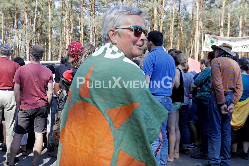 Bei der Kulturellen Widerstandspartie im Zuge der Kulturellen Landpartie im Wendland protestieren viele Tausend Atomkraftgegner gegen Gorleben als Standort für ein Atommüllendlager.  <br /> <br /> Ort: Gorleben<br /> Copyright: Andreas Conradt<br /> Quelle: PubliXviewinG