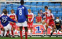 20010922: Tobias Grahn tar frisparket som til slutt ble avgjørende 1-0 til Vålerenga over Sandefjord. Seieren førte VIF til topps i første divisjon.