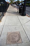 Gatsten på en trottoar i Andersonville, Chicago, Illinois, USA<br /> <br /> Klockorna på gatstenen symboliserar traditionen som de svenska näringsidkarna startade för att göra huvudgatan finare: klockan 10 varje dag ringde någon i en klocka och då gick alla ut och gjorde rent utanför sina affärer.<br /> <br /> Foto: Christina Sjögren