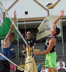 17-07-2014 NED: FIVB Grand Slam Beach Volleybal, Apeldoorn<br /> Poule fase groep A mannen - Steven van de Velde (2) NED, Chaim Schalk (1) CAN