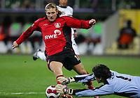 Fotball , 14. desember 2006 , UEFA-Cup Bayer 04 Leverkusen - Besiktas Istanbul<br /> <br /> v.l. Andrej Voronin Leverkusen , Torwart Vedran Runje<br /> <br /> Norway only