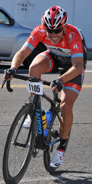 El Tour de Tucson 2016 finisher rounding the race's final corner at 22nd Street and 6th Avenue. Bike-tography by Martha Retallick.