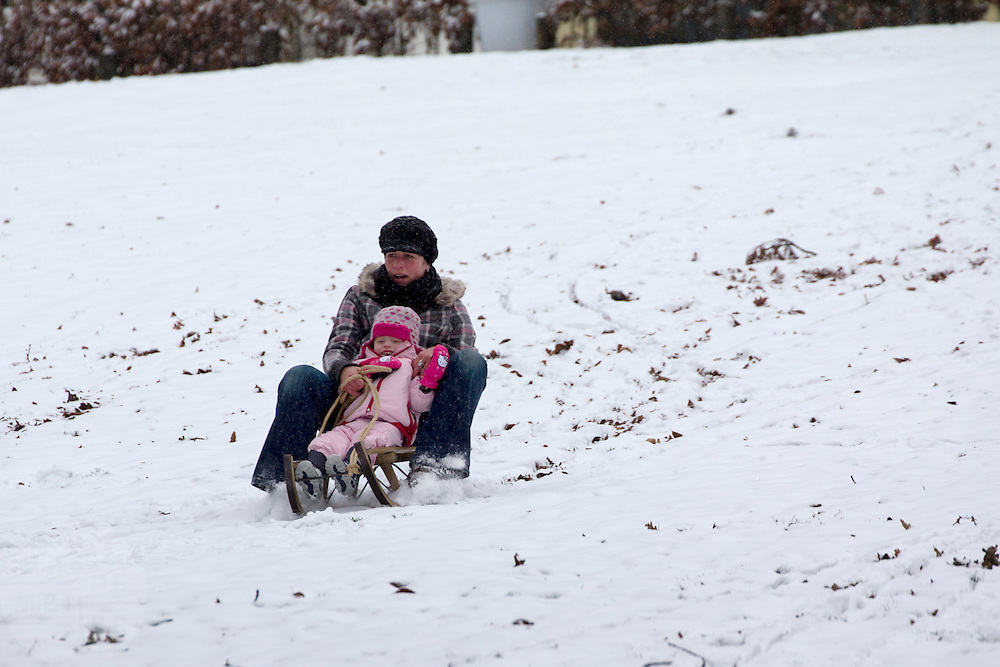 Een vrouw glijdt met een meisje op de slee de heuvel in het Sonsbeekpark in Arnhem af.<br /> <br /> A woman is sitting with a young girl on a sled at Sonsbeekpark in Arnhem