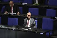 DEU, Deutschland, Germany, Berlin, 25.03.2020: Bundesfinanzminister Olaf Scholz (SPD) und Bundeswirtschaftsminister Peter Altmaier (CDU), Plenarsitzung im Deutschen Bundestag. Das Maßnahmenpaket der Bundesregierung zur Bekämpfung der Folgen der Coronakrise stand im Mttelpunkt der Debatte. Um Ansteckungen von Abgeordneten mit dem Coronavirus zu vermeiden, hat der Deutsche Bundestag für die Sitzung Vorkehrungen getroffen: Nur jeder Dritte Stuhl darf besetzt werden, zwei Plätze dazwischen müssen frei gehalten werden.