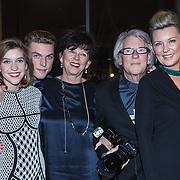 NLD/Bergen/20131114 - Boekpresentatie Saskia Noort - Debet, Saskia Noort met dochter Julia,  zoon Mathieu, vader Kees Noort en .....