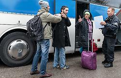 14.10.2015, Grenzübergang Freilassing - Salzburg, GER, Flüchtlingskrise in der EU, im Bild Migranten sprechen mit einem Polizisten nachdem sie über die Österreichische Grenze im Bundesgebiet angekommen sind. Sie werden per Bus weitertransportiert // Refugees speak to a Police Officer and wait to get on a bus, after they have arrived across the Austrian border, Freilassing, Germany on 2015/10/14. EXPA Pictures © 2015, PhotoCredit: EXPA/ JFK