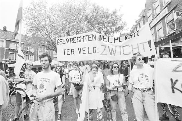Nederland, Nijmegen, 1992Jongeren, vooral studenten, protesteren tegen het beleid mbt de bijstand van staatssecretaris ter Veld . Studentenactie, studentenprotest, in de jaren 80 en begin 90 .Demonstratie van studenten tegen de wet op de studiefinanciering en hervormingen in het wetenschappelijk onderwijsdoor minister Deetman. Die kreeg te maken met grote demonstraties van studenten na de verhoging van de collegegelden en het verkorten van de studieduur.Foto: Flip Franssen