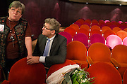Henk Krol luistert naar Bea Geelkerken uit Assen, een van ouderen die het zwaar hebben en volgens Krol de aandacht verdienen. In Hilversum houdt de 50Plus partij haar verkiezingscongres. Tijdens het partijcongres wordt Henk Krol gekozen tot de lijsttrekker. Jan Nagel is de partijvoorzitter.<br /> <br /> Henk Krol listens to Bea Geelkerken, an elder woman who is, according to Krol, typical for the elder people in The Netherlands. The 50Plus party, a political party aiming mostly at the people of 50 years and older, is having its congress in Hilversum. Henk Krol, former chief editor of the Gaykrant, is elected as leader. Jan Nagel is the chairman.
