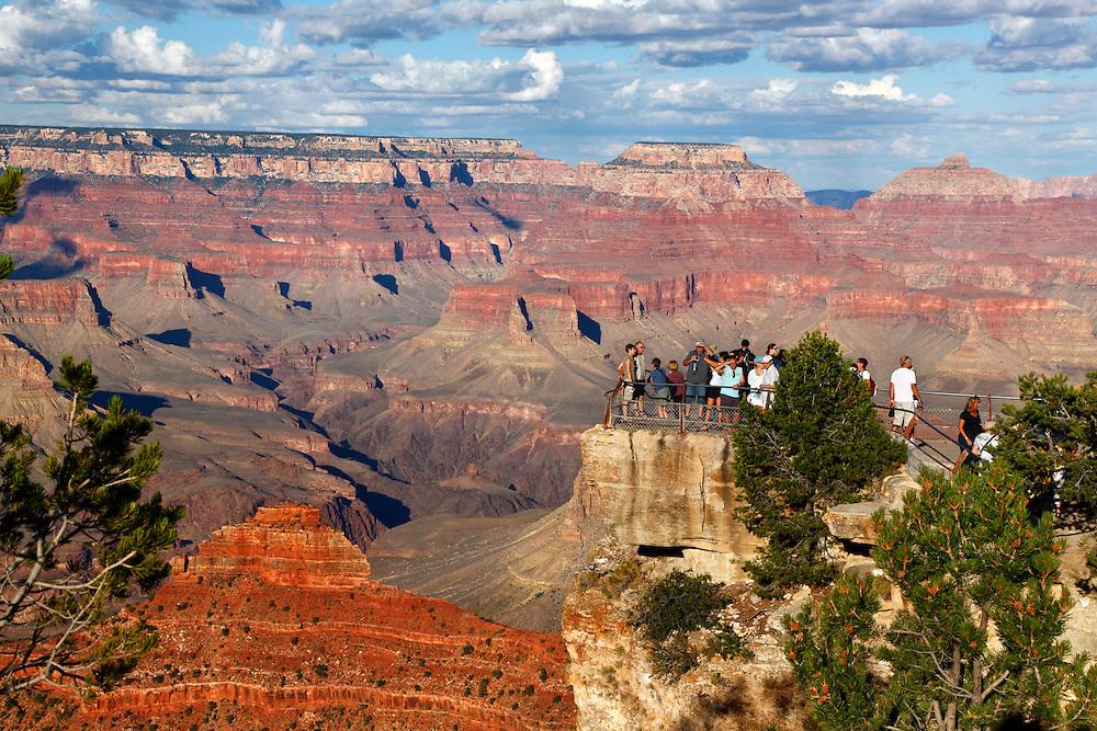 Grupo de turistas en el mirador de Yavapai Point, Grand Canyon National Park, Arizona (Estados Unidos)