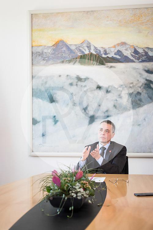 SCHWEIZ - BERN - Bundesrat Ignazio Cassis, FDP, bei einem Interview im Bundeshaus West, das Bild im Hintergrund 'Lever du rideau' von Gustave-Auguste Jeanneret - 07. Mai 2020 © Raphael Hünerfauth - http://huenerfauth.ch