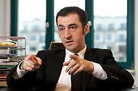 05 JAN 2012, BERLIN/GERMANY:<br /> Cem Oezdemir, B90/Gruene Bundesvorsitzender, waerhend einem Interview, in seinem Buero, Bundesgeschaeftsstelle Buendnis 90 / Die Gruenen<br /> IMAGE: 20120105-01-004<br /> KEYWORDS: Cem Özdemir, Büro