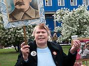 Frau mit Stalin Bild und einem  Wodka im Plastikbecher feiert den ehemaligen sowjetischen Politiker und Diktator Josef Stalin am Tag der großen Siegesparade im Zentrum der russischen Hauptstadt Moskau.<br /> <br /> Woman with a Stalin image and Vodka in a plastic mug celebrates the former party leader and dictator of the Soviet Union during the day of the Victory Parade in the Russian capital Moscow.