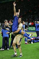 Fotball<br /> VM 2006<br /> Finale<br /> Frankrike v Italia<br /> 09.07.2006<br /> Foto: Witters/Digitalsport<br /> NORWAY ONLY<br /> <br /> Weltmeister 2006 Fabio Cannavaro, Torwart Gianluigi Buffon Italien<br /> Fussball WM 2006 Finale Italien - Frankreich 6:5 n.E.