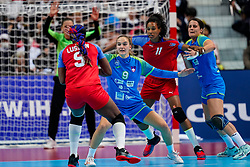05-12-2019 JAP: Cuba - Slovenia, Kumamoto<br /> Fourth match groep A at 24th IHF Women's Handball World Championship. Slovenia win 39 - 26 of Cuba / Nina Zabjek #9 of Slovenia, Yunisleidy Camejo Rodriguez #11 of Cuba, Natasa Ljepoja #17 of Slovenia