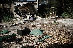 """25 aprile 2013. Il vecchio camping lungo la litoranea nord di Brindisi. Non ci sono indicazioni per arrivare, anche l'insegna ed il cancello sono coperti da vegetazione. Sul lato destro c'è un accesso, dopo un cumulo di amianto si accede ad una delle costruzioni ancora in piedi. Nella prima struttura all'ingresso tracce evidenti di qualcuno che lo ha abitato dopo la chiusura: jeans appesi ad un filo, una giacca, un libro sulla guerra, un altro dal titolo """"L'anno d'angoscia"""" . Nelle cucine resti di spezie e di conserve e un calendario fermo a gennaio 1991. Poi un ammasso confuso di calcinacci, oggetti e utensili vari, come se fosse esplosa una bomba. Lo spazio è molto ampio, con diverse costruzioni immerse nel verde, alberi e fiori che crescono a dispetto del resto. Raccontano che per anni non solo i residenti hanno trascorso le vacanze nel camping, ma anche turisti, sportivi e militari. Poi un giorno tutto si è fermato."""