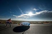 De VeloX3 wordt gevangen bij de ochtendwedstrijd op de vierde dag van de WHPSC. In Battle Mountain (Nevada) wordt ieder jaar de World Human Powered Speed Challenge gehouden. Tijdens deze wedstrijd wordt geprobeerd zo hard mogelijk te fietsen op pure menskracht. Ze halen snelheden tot 133 km/h. De deelnemers bestaan zowel uit teams van universiteiten als uit hobbyisten. Met de gestroomlijnde fietsen willen ze laten zien wat mogelijk is met menskracht. De speciale ligfietsen kunnen gezien worden als de Formule 1 van het fietsen. De kennis die wordt opgedaan wordt ook gebruikt om duurzaam vervoer verder te ontwikkelen.<br /> <br /> The VeloX3 in catch area at the morning runs on the fourth day of the WHPSC. In Battle Mountain (Nevada) each year the World Human Powered Speed Challenge is held. During this race they try to ride on pure manpower as hard as possible. Speeds up to 133 km/h are reached. The participants consist of both teams from universities and from hobbyists. With the sleek bikes they want to show what is possible with human power. The special recumbent bicycles can be seen as the Formula 1 of the bicycle. The knowledge gained is also used to develop sustainable transport.