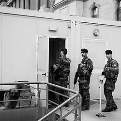 vendredi 5 aout 2016, 18h55, Paris Ier. En fin de patrouille, les militaires du 2ème Régiment du Matériel rentrent à leur vigie dans le secteur du Louvre.
