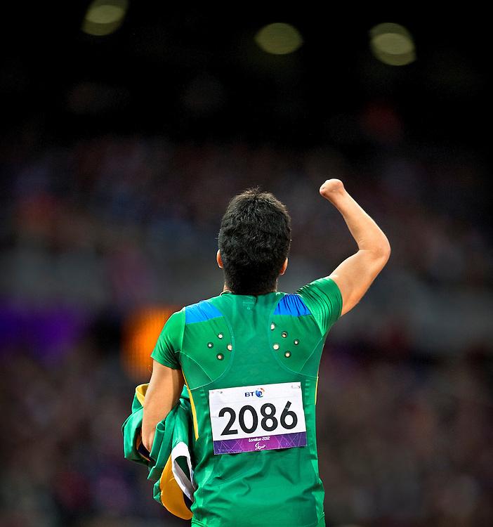 Groot-Brittannie, Londen, 02-09-2012.<br /> Paralympics.<br /> Atletiek, Mannen, 200 meter T46, Finale.<br /> Yohansson Nascimento uit Brazilie wint de finale van de 200 meter T46.<br /> Foto : Klaas Jan van der Weij