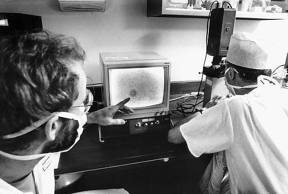 Nederland, Nijmegen, 15-3-1986Begintijd van de ivf, kunstmatige bevruchting, in het umc radboud. Foto: Flip Franssen/Hollandse Hoogte