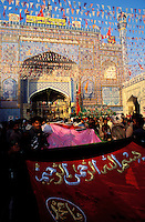Pakistan - La fête des soufis - Province du Sind - Sehwan e Sharif - Tombe du saint soufi Lal Shabaz Qalandar - Fête de l'anniversaire de sa mort (Urs) - Les groupes de pelerins venus de tout le pays défilent pendant une semaine dans la tombe du saint // Pakistan, Sind province, Sehwan e Sharif, Sufi saint Lal Shabaz Qalandar shrine, annual Urs festival
