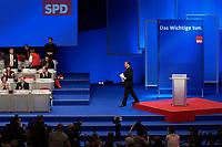 17 NOV 2003, BOCHUM/GERMANY:<br /> Gerhard Schroeder, SPD, Bundeskanzler, auf dem Weg zu seinem Platz, nach der Schlussansprache vor dem Bundesparteitag der SPD, Ruhr-Congress-Zentrum<br /> IMAGE: 20031119-01-075<br /> KEYWORDS: Parteitag, party congress, SPD-Bundesparteitag, Podium, Gerhard Schröder, Rede, speech