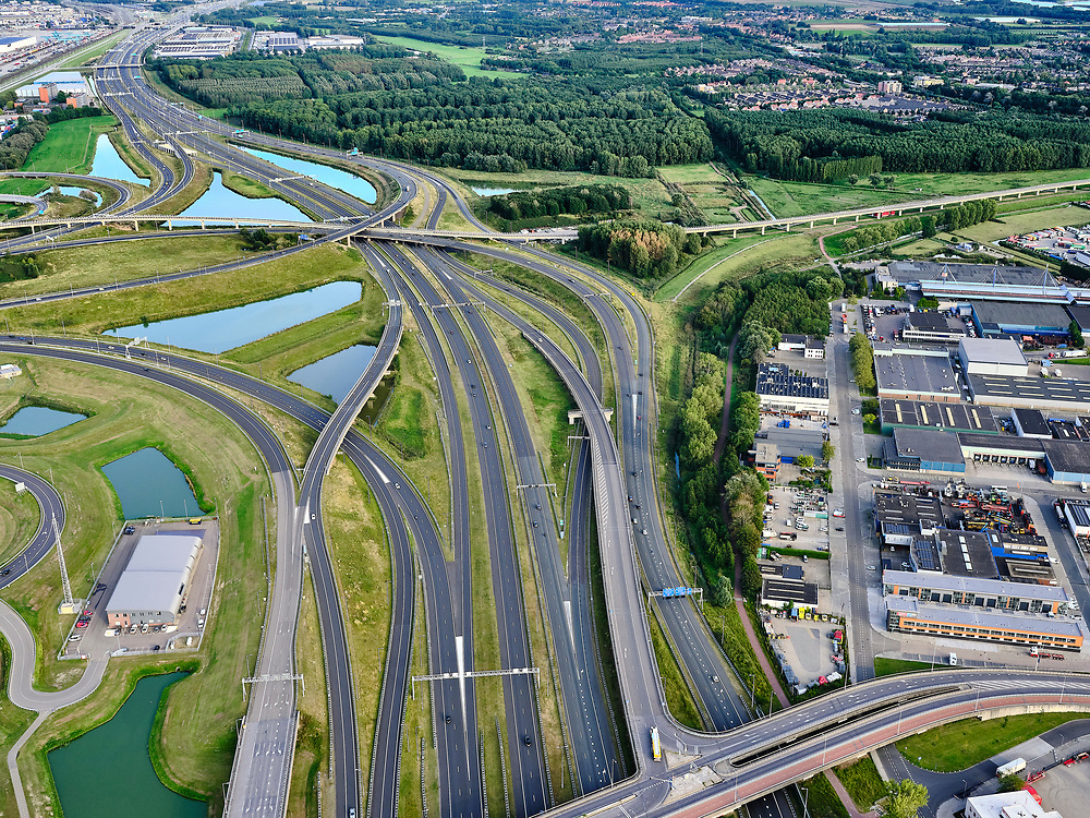 Nederland, Zuid-Holland, Rotterdam, 14-09-2019; Haven Rotterdam met stadsdeel Pernis. Knooppunt Benelux, A4 en A5, onderdeel Ruit van Rotterdam. <br /> Port of Rotterdam with the Pernis district. Benelux junction, motorway A4 and A5.  Rotterdam ringroad.<br /> <br /> luchtfoto (toeslag op standard tarieven);<br /> aerial photo (additional fee required);<br /> copyright foto/photo Siebe Swart