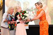 Koningin Maxima reikt Appeltjes van Oranje uit op Paleis Noordeinde / Queen Maxima at the Apples of Orange at Noordeinde Palace.<br /> <br /> Op dew foto / On the photo:  oningin Maxima reikt een Appeltje van Oranje uit aan Stichting MeeleefGezin