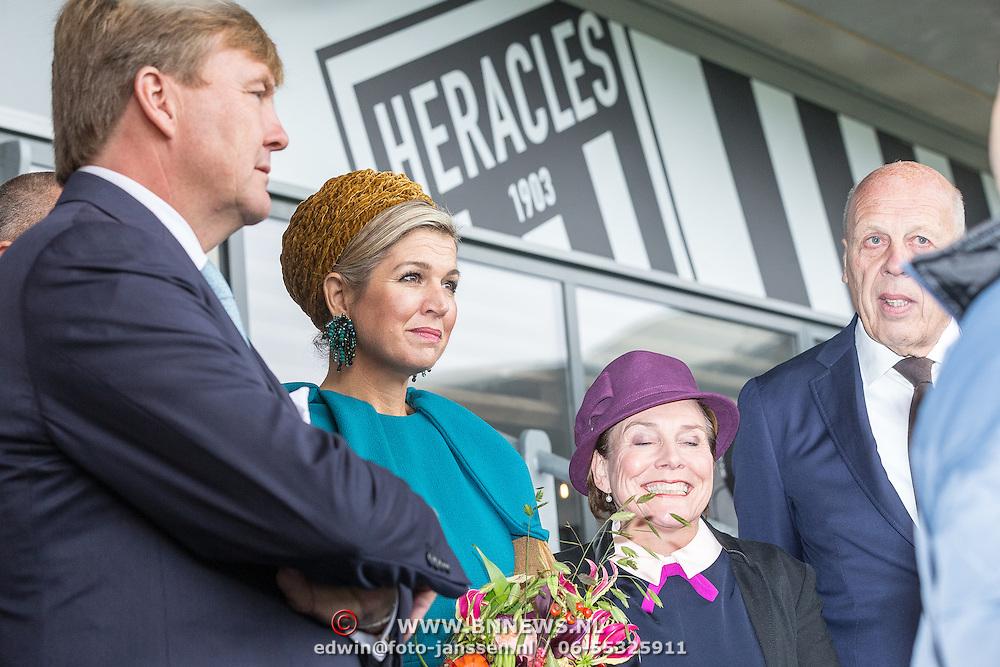 NLD/Almelo/20161028 - Streekbezoek Achterhoek door Willem-Alexander en Maxima, bezoek aan voetbalclub Almelo, gesprek met voorzitter Jan Smit