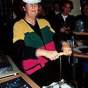 Opening pand Radio 538 Koninginneweg, Annemarie Jorritsma met bouwvakkers valhelm
