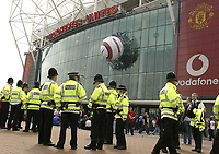 Foto: Digitalsport<br /> NORWAY ONLY<br /> Photo Aidan Ellis.<br /> Manchester United v Liverpool.<br /> FA Barclaycard Premiership.<br /> 24/04/2004.<br /> There is a heavy police pressance at Old Trafford today amid terrorist threats