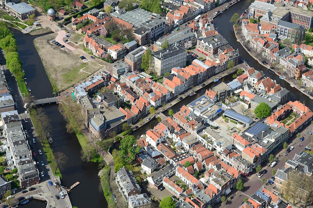 Nederland, Zuid-Holland, Leiden, 09-04-2014; centrum Leiden met Vliet tussen Witte SIngel (links) en Rapenburg. Rechtsonder Douzastraat.Schoolplein basisschool met zonnepanelen.<br /> Old town and heart of the city of Leiden with canals.<br /> luchtfoto (toeslag op standard tarieven);<br /> aerial photo (additional fee required);<br /> copyright foto/photo Siebe Swart